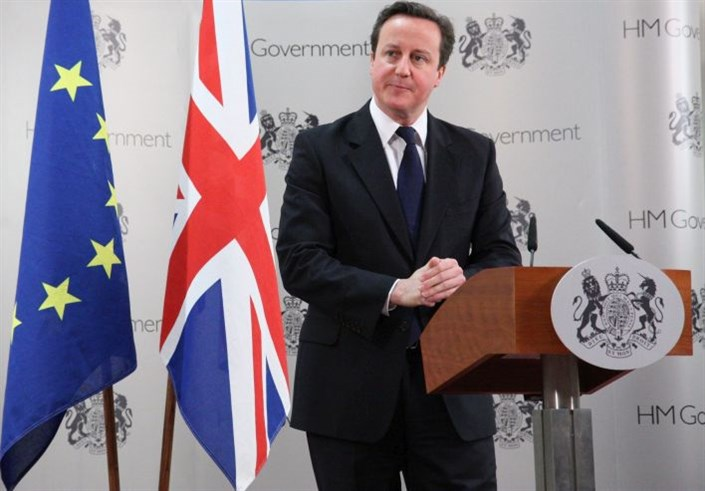 David-Cameron-with-flags-of-Europe-and-UK_705x491